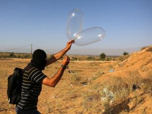 الاحتلال يهدد بالتصعيد حال استمر تساقط البالونات من غزة