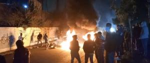 المحتجون أقفلوا دوار كفررمان احتجاجاً على تردي الأوضاع المعيشية